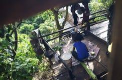 Una muchacha prepara la comida en un pueblo imágenes de archivo libres de regalías