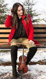 Una muchacha presenta con el violín Fotografía de archivo libre de regalías