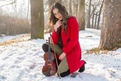 Una muchacha presenta con el violín Fotos de archivo libres de regalías