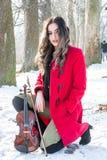 Una muchacha presenta con el violín Fotografía de archivo