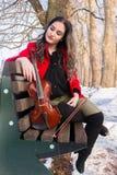 Una muchacha presenta con el violín Fotos de archivo