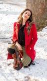 Una muchacha presenta con el violín Foto de archivo