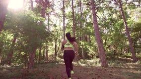 Una muchacha que activa en el bosque al aire libre metrajes