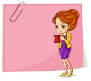 Una muchacha que bebe su café delante de la plantilla rosada vacía Foto de archivo