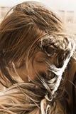 Una muchacha que besa su dog& x27; pata de s Fotografía de archivo libre de regalías