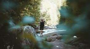 Una muchacha que camina en el río de Solbergelva imagen de archivo libre de regalías