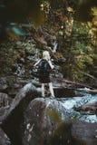 Una muchacha que camina en el río de Solbergelva imagen de archivo