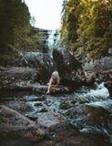 Una muchacha que camina en el río de Solbergelva fotografía de archivo