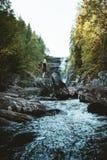 Una muchacha que camina en el río de Solbergelva imágenes de archivo libres de regalías