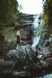 Una muchacha que camina en el río de Solbergelva foto de archivo