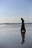 Una muchacha que camina en la playa Imagen de archivo libre de regalías
