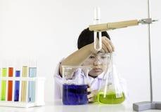 Una muchacha que es apasionada sobre ciencia y el experimento Imagenes de archivo