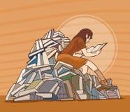 Una muchacha que está leyendo fotografía de archivo libre de regalías