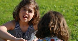 Una muchacha que habla con la muchacha de B en un jardín metrajes