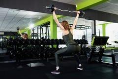 Una muchacha que hace sentar-UPS en el gimnasio fotos de archivo libres de regalías