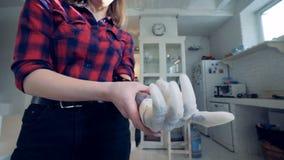 Una muchacha que lleva una mano biónica prostética