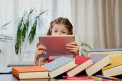 Una muchacha que mira la tableta Fotos de archivo libres de regalías