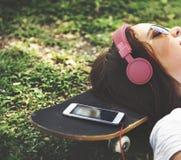 Una muchacha que pone en la hierba Fotografía de archivo libre de regalías