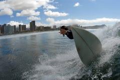 Una muchacha que practica surf imagenes de archivo
