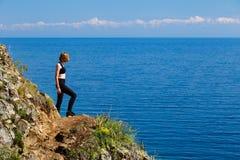 Una muchacha que se coloca en el lago Baikal Foto de archivo libre de regalías