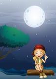 Una muchacha que se sienta en una madera en un paisaje del claro de luna Imagen de archivo libre de regalías