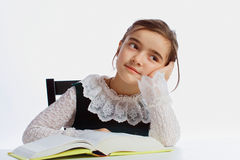 Una muchacha que soña sobre un libro Fotos de archivo libres de regalías