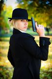 Una muchacha que sostiene un arma. Foto de archivo libre de regalías