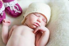 Una muchacha recién nacida del bebé que miente en una manta suave foto de archivo libre de regalías