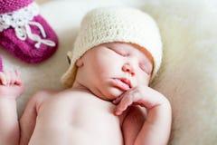Una muchacha recién nacida del bebé que miente en una manta suave imagen de archivo libre de regalías