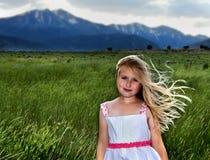 Una muchacha rubia con el viento que sopla a través de su pelo Fotos de archivo
