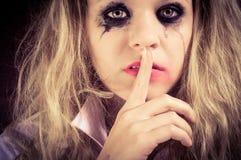 Una muchacha rubia triste con la expresión aterrorizada Foto de archivo