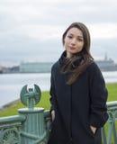 Una muchacha se coloca en el puente Imágenes de archivo libres de regalías