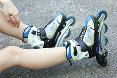 Una muchacha se sienta en pcteres de ruedas Fotos de archivo