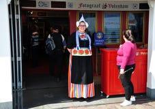 Una muchacha se vistió para arriba en el traje tradicional holandés, Volendam, Países Bajos Imagen de archivo