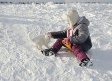 Una muchacha sledging en invierno Imagen de archivo