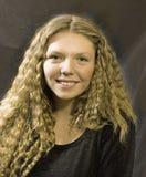 Una muchacha sonriente con el pelo magnífico Imagenes de archivo