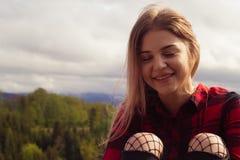 Una muchacha sonriente con los ojos cerrados en un día soleado Fotos de archivo libres de regalías