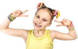 Una muchacha sonriente con un peinado de moda Imagen de archivo