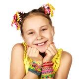 Una muchacha sonriente con un peinado de moda con Imagenes de archivo