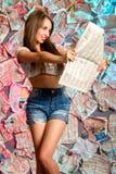 Una muchacha sonriente con un periódico Imágenes de archivo libres de regalías