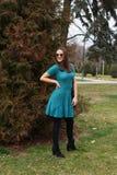 Una muchacha sonriente joven en un vestido hecho punto hecho a mano del verano fotos de archivo