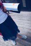 Una muchacha sostiene una estera de la yoga disponible Fotografía de archivo libre de regalías