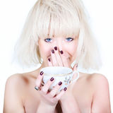Una muchacha tiene café de la mañana imagenes de archivo