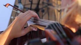 Una muchacha toca un violoncelo almacen de metraje de vídeo