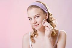 Una muchacha toma el cuidado de la piel Fotografía de archivo libre de regalías