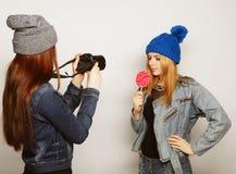 Una muchacha toma la imagen de su amigo Foto de archivo libre de regalías