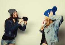 Una muchacha toma la imagen de su amigo Imagen de archivo