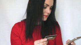 Una muchacha utiliza una tarjeta de banco almacen de video