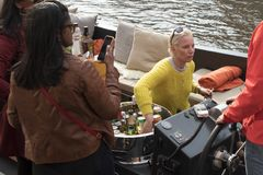 Una muchacha vende el alcohol en un barco Foto de archivo