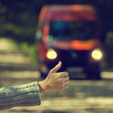 Una muchacha viaja en los coches foto de archivo
